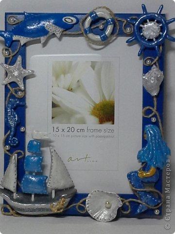 Фоторамка Фиолет №2.(Фото 050) обтянута тканью,украшена цветами из ракушки,радужным бисером,сваровски,для фото 10х15 см. фото 67