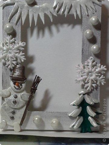 Фоторамка Фиолет №2.(Фото 050) обтянута тканью,украшена цветами из ракушки,радужным бисером,сваровски,для фото 10х15 см.  фото 52