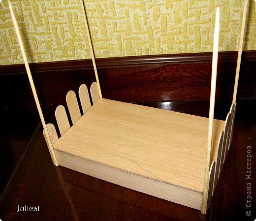 Предлагаю Вашему вниманию мою поделку - кроватку с постелькой в домик, который я построила для мягкого Мишутки ростом ок. 14 см.  Такая кроватка проста в изготовлении, не требует особых материалов, а самое главное - крепкая, т.к. предназначена для игры ребенком :) фото 11