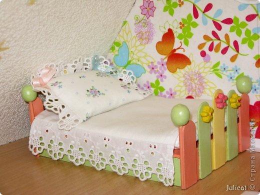 Предлагаю Вашему вниманию мою поделку - кроватку с постелькой в домик, который я построила для мягкого Мишутки ростом ок. 14 см.  Такая кроватка проста в изготовлении, не требует особых материалов, а самое главное - крепкая, т.к. предназначена для игры ребенком :) фото 1