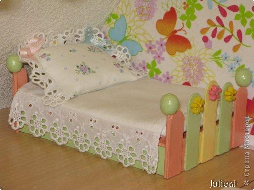 Предлагаю Вашему вниманию мою поделку - кроватку с постелькой в домик, который я построила для мягкого Мишутки ростом ок. 14 см.  Такая кроватка проста в изготовлении, не требует особых материалов, а самое главное - крепкая, т.к. предназначена для игры ребенком :) фото 17