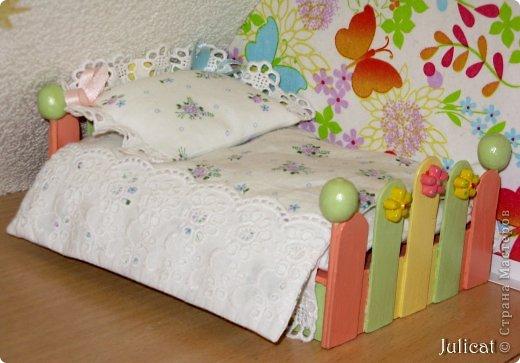Предлагаю Вашему вниманию мою поделку - кроватку с постелькой в домик, который я построила для мягкого Мишутки ростом ок. 14 см.  Такая кроватка проста в изготовлении, не требует особых материалов, а самое главное - крепкая, т.к. предназначена для игры ребенком :) фото 18