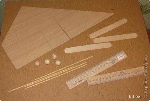 Предлагаю Вашему вниманию мою поделку - кроватку с постелькой в домик, который я построила для мягкого Мишутки ростом ок. 14 см.  Такая кроватка проста в изготовлении, не требует особых материалов, а самое главное - крепкая, т.к. предназначена для игры ребенком :) фото 2