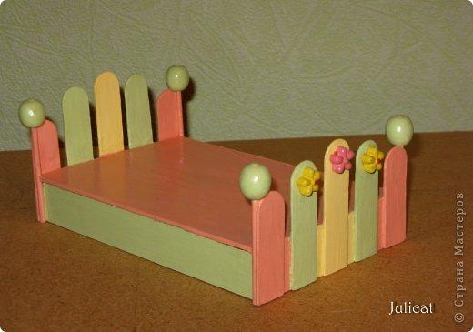 Предлагаю Вашему вниманию мою поделку - кроватку с постелькой в домик, который я построила для мягкого Мишутки ростом ок. 14 см.  Такая кроватка проста в изготовлении, не требует особых материалов, а самое главное - крепкая, т.к. предназначена для игры ребенком :) фото 14