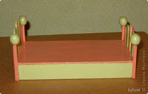 Предлагаю Вашему вниманию мою поделку - кроватку с постелькой в домик, который я построила для мягкого Мишутки ростом ок. 14 см.  Такая кроватка проста в изготовлении, не требует особых материалов, а самое главное - крепкая, т.к. предназначена для игры ребенком :) фото 13