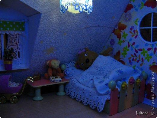 Предлагаю Вашему вниманию мою поделку - кроватку с постелькой в домик, который я построила для мягкого Мишутки ростом ок. 14 см.  Такая кроватка проста в изготовлении, не требует особых материалов, а самое главное - крепкая, т.к. предназначена для игры ребенком :) фото 19