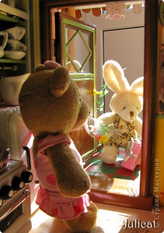 """Приветсвую Вас, уважаемые гости! Знакомьтесь: это Даринка - девочка-мишутка ростом 14 см.  Она живет в большом уютном домике на улице Медовая, 5 (ну, на какой же еще улице должна жить сладкоежка? :)). Приглашаю Вас заглянуть к ней в гости http://stranamasterov.ru/node/713606  У Мишутки много друзей, поэтому ей никогда не бывает скучно. А еще у нее много-много разных игрушек...  1 серия """"Любишь играть - люби и убирать!""""  фото 41"""