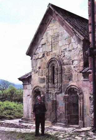 Грузинская церковь -  Дманисский Сиони (VI-VII в.), собор в честь Успения Пресвятой Богородицы на территории древнего городища Дманиси близ с. Патара-Дманиси.  Размер постройки впечатляет: 23х11,5 м. Здесь похоронен грузинский царь Вахтанг III (1298/1302-1308). В XVII в. в портике был похоронен Дманисский епископ Павел. фото 2