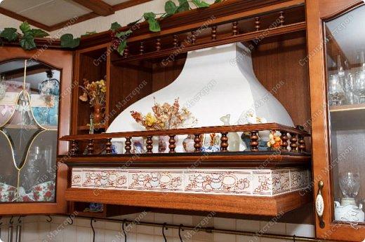 [video:https://youtu.be/4a6MlL_v19s width:640 height:480] Вначале была основная концепция – кухня в традиционном классическом стиле из природных материалов в спокойных тонах. Мечталось о мойке у окна, каменной столешнице, большом рабочем столе в центре кухни, круглом столе за которым будет собираться за ужином вся семья… Однако от мечты до реальности пришлось идти путем компромисса, искать баланс между «хочу» и «могу». Главными ограничителями полета дизайнерской мысли были: малая площадь кухни двухкомнатной квартиры стандартного панельного дома и белый почти новый холодильник. Ремонт одновременно во всей квартире, выплаты по кредиту, финансовая ограниченность увеличивали путь к цели. Главным предметом в интерьере нашей кухни выступила вытяжка ручной работы. фото 2