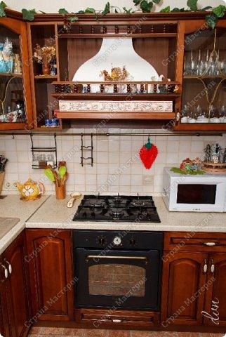 [video:https://youtu.be/4a6MlL_v19s width:640 height:480] Вначале была основная концепция – кухня в традиционном классическом стиле из природных материалов в спокойных тонах. Мечталось о мойке у окна, каменной столешнице, большом рабочем столе в центре кухни, круглом столе за которым будет собираться за ужином вся семья… Однако от мечты до реальности пришлось идти путем компромисса, искать баланс между «хочу» и «могу». Главными ограничителями полета дизайнерской мысли были: малая площадь кухни двухкомнатной квартиры стандартного панельного дома и белый почти новый холодильник. Ремонт одновременно во всей квартире, выплаты по кредиту, финансовая ограниченность увеличивали путь к цели. Главным предметом в интерьере нашей кухни выступила вытяжка ручной работы.