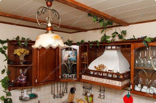 [video:https://youtu.be/4a6MlL_v19s width:640 height:480] Вначале была основная концепция – кухня в традиционном классическом стиле из природных материалов в спокойных тонах. Мечталось о мойке у окна, каменной столешнице, большом рабочем столе в центре кухни, круглом столе за которым будет собираться за ужином вся семья… Однако от мечты до реальности пришлось идти путем компромисса, искать баланс между «хочу» и «могу». Главными ограничителями полета дизайнерской мысли были: малая площадь кухни двухкомнатной квартиры стандартного панельного дома и белый почти новый холодильник. Ремонт одновременно во всей квартире, выплаты по кредиту, финансовая ограниченность увеличивали путь к цели. Главным предметом в интерьере нашей кухни выступила вытяжка ручной работы. фото 5