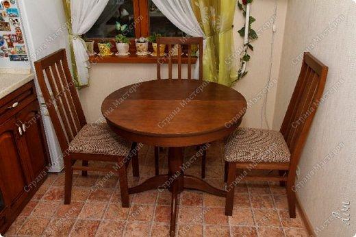 [video:https://youtu.be/4a6MlL_v19s width:640 height:480] Вначале была основная концепция – кухня в традиционном классическом стиле из природных материалов в спокойных тонах. Мечталось о мойке у окна, каменной столешнице, большом рабочем столе в центре кухни, круглом столе за которым будет собираться за ужином вся семья… Однако от мечты до реальности пришлось идти путем компромисса, искать баланс между «хочу» и «могу». Главными ограничителями полета дизайнерской мысли были: малая площадь кухни двухкомнатной квартиры стандартного панельного дома и белый почти новый холодильник. Ремонт одновременно во всей квартире, выплаты по кредиту, финансовая ограниченность увеличивали путь к цели. Главным предметом в интерьере нашей кухни выступила вытяжка ручной работы. фото 10