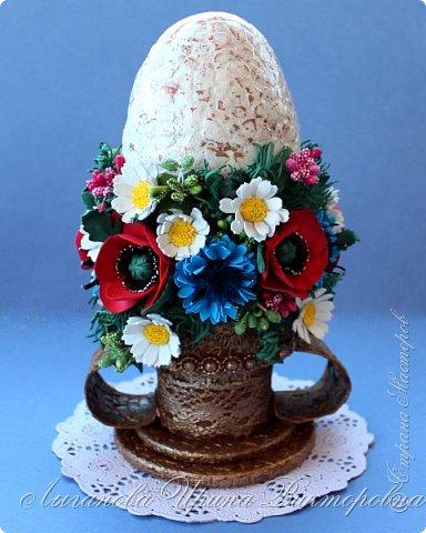 """В этом году  участвовали в конкурсе """"Пасхальное яйцо"""" в г.Сергиев Посад.  Это яйцо - работа моей дочери Ариши. Работа очень трудоемкая и кропотливая. Яйцо сделано в технике папье-маше. Декорировано декупажем на яичном кракелюре. Подставка выполнена из картона с применением техники """"Сицилийское кружево"""". Завершением работы стало украшение композиции цветами из фоамирана.  Это лицевая сторона. фото 2"""