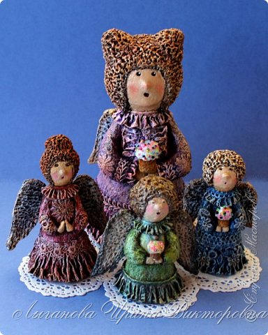 Сегодня один из самых светлых и радостных праздников - Пасха! Я очень люблю делать ангелов в разных техниках. Это такая благодатная тема для творчества. Всем сегодня пасхальные ангелы поют с небес свои праздничные песни!