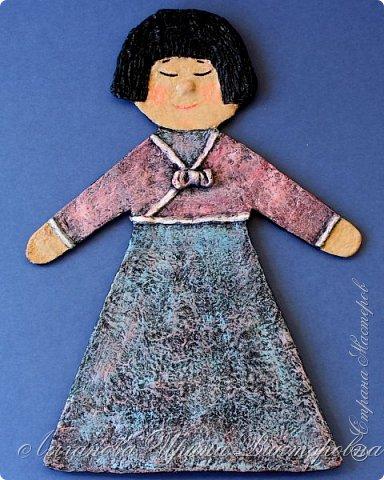 Вот такую куклу для Арт-проекта мы с Аришкой повезем в Брест. Корейская девочка в традиционном наряде. Идея родилась сразу из какой именно страны сделать куклу. С большим уважением отношусь к творчеству корейских мастеров. Из бумаги они делают просто невероятные, нереальной красоты вещи! А я, как вы знаете, поклонница бумажного искусства. А еще обожаю корейскую кухню! У меня есть большая мечта - побывать в Юной Корее! А мечты сбываются, если очень-очень захотеть!