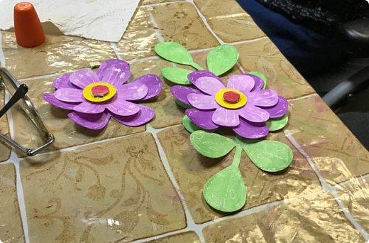 Мимоза — прекрасный цветок, Тепла и надежды творенье, Весны пробужденья росток.... (Самарина Елена) Мимоза..., это моя первая рукодельная работа, которую я делала в детском саду и я ее помню... Мне так понравилось катать шарики из ваты, макать их в желтую краску и сушить на батарее:) А потом это превратилось в аппликацию к 8 марта для мамы....  Да и вообще в детстве . я не помню тюльпанов на этот праздник, а тем более роз, помню мимозу...  На открытках моего детства тоже были момозы...  А вчера, прямо хлынул поток вдохновения... Опять попались открытки Анна Макаренко, да и Ольга Кайнова поделилась своими наработками по созданию мимозы... Я решила это дело не откладывать и начала творить:) фото 16