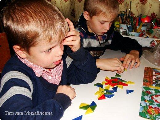 Мы учились выкладывать различные фигуры из треугольников. Задания разной степени сложности. Олег пока справляется с самыми простыми: домик, лодочка. Никита гордится, что умеет складывать  даже робота.