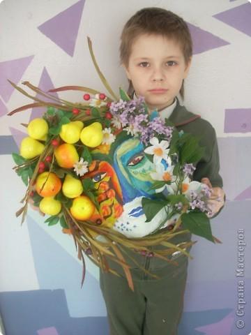 Пластилиновая форма, папье - маше, роспись. искусственные цветы и фрукты, и как результат - выразительный образ фото 2