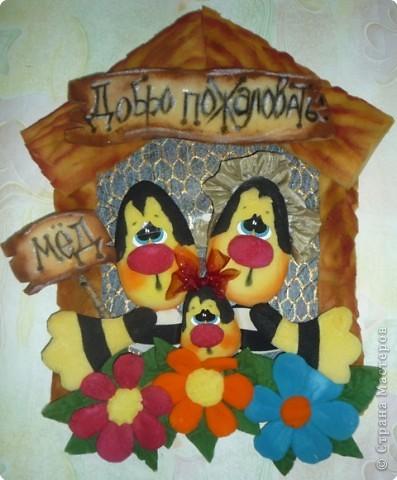 Веселая  семейка В уютном домике втроем  Живёт семья пчелиная. И моя история Не будет очень длинная. Папа  Пчих  был очень тих,  И Пчилиха  тоже.  И ребенок был у них —  На девочку похож.  Вот семьей  летят  гулять  На цветочном поле,  Пчих — отец, Пчилиха — мать,  И ребенок тоже.  Весь день работают они Кружатся  над цветами . Вот важно сели  на цветок, Ведь  они знают в этом толк, Суть  их  земных забот - Сладкий и душистый мёд.