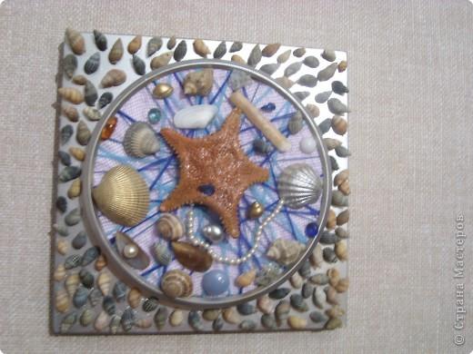 Корпус от старых часов покрыла серебряной краской из балончика, вместо цыферблата- потолочная плитка, обмотанная нитками, всё приклеила на клей ПВА. фото 2