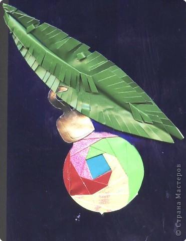 Новогодний шарик в технике айрис фолдинг на еловой ветке.