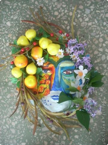 Пластилиновая форма, папье - маше, роспись. искусственные цветы и фрукты, и как результат - выразительный образ фото 1