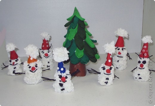 Снеговики под ёлочкой (торцевание на пластилине) фото 1