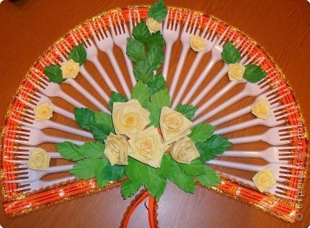 Мой первый веер. Украсила его бумажными розами в технике квиллинг, а листочки- бумажная пластика.