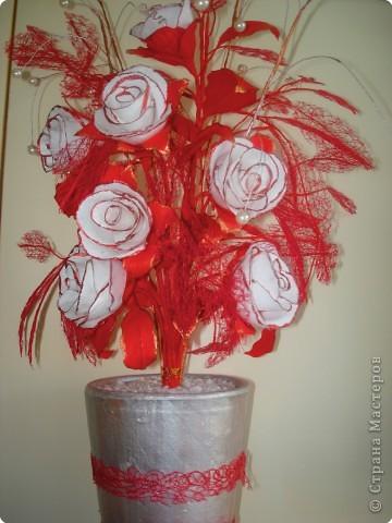 Розы сделаны из гофрированной бумаги. фото 2
