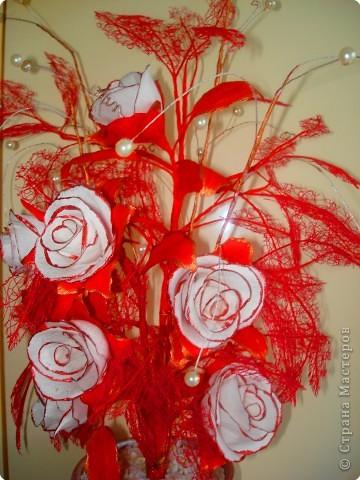 Розы сделаны из гофрированной бумаги. фото 1