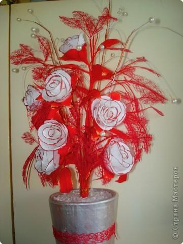 Розы сделаны из гофрированной бумаги. фото 3