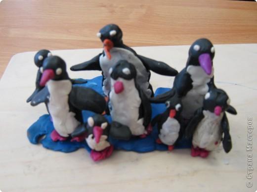 На холодном берегу, В антарктическом снегу Пингвиненок появился В новогоднюю пургу.  Он сегодня очень рад -  Привели его в детсад, Там ребятам-пингвинятам Не страшны ни зверь, ни град.  Соберутся в тесный круг, Слева друг и справа друг, Сразу станет им теплее, Лучше греет серый пух. Автор: ROksana Источник: http://kartinki.netslova.ru