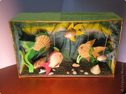 Целый день над водой, словно стая стрекоз, Золотые летучие рыбы видны, У песчаных, серпами изогнутых кос Мели, точно цветы, зелены и красны.  Блещет воздух, налитый прозрачным огнем,  Солнце сказочной птицей глядит с высоты: -Море, Красное море, ты царственно днем, Но ночами вдвойне ослепительно ты! (Н. Гумелев)