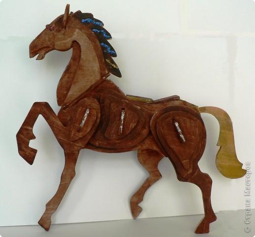 —Сивка-бурка, вещий каурка, стань передо мной, как лист перед травой! Конь бежит, земля дрожит, из ушей дым столбом валит, из ноздрей пламя пышет.