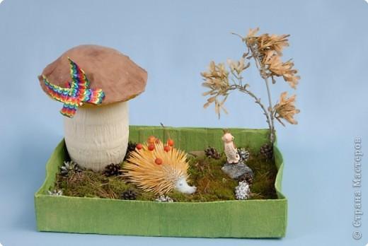 На закате лета бежал по лесу ежик. Вдруг видит: стоит на полянке гриб. А у гриба - крепкая толстая ножка, шляпка большая коричневая. Это был настоящий гриб-боровик. Подбежал к нему ежик, а гриб выше него и словно зонтик. Что за чудо! Ай, да гриб!  Очень обрадовался еж, что нашел такой замечательный гриб. А тут мимо заяц скачет. Ежик ему и кричит:  - Беги сюда, зайчик, полюбуйся на мой гриб!   фото 1