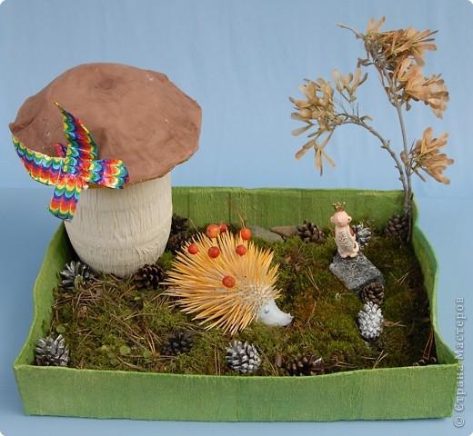 На закате лета бежал по лесу ежик. Вдруг видит: стоит на полянке гриб. А у гриба - крепкая толстая ножка, шляпка большая коричневая. Это был настоящий гриб-боровик. Подбежал к нему ежик, а гриб выше него и словно зонтик. Что за чудо! Ай, да гриб!  Очень обрадовался еж, что нашел такой замечательный гриб. А тут мимо заяц скачет. Ежик ему и кричит:  - Беги сюда, зайчик, полюбуйся на мой гриб!   фото 2