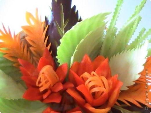 """Эта цветочная композиция выполнена из овощей в технике """"карвинг"""". Овощи, напитываясь теплом лучезарного солнца, дарят красоту и радость. фото 2"""