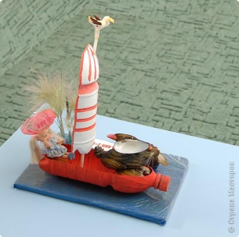 По реке плывет кораблик. Он плывет издалека. На кораблике четыре Очень храбрых моряка. фото 1