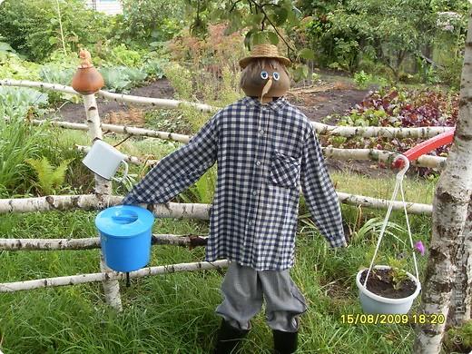 Хозяин сада – Кузьма. Он встречает гостей, следит за порядком. фото 1