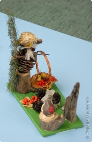 Он поёт колыбельную лесу, Гладит лапки ёлок рукой... И, печёт угощенья из теста, Чтоб оставить нам под сосной. фото 1