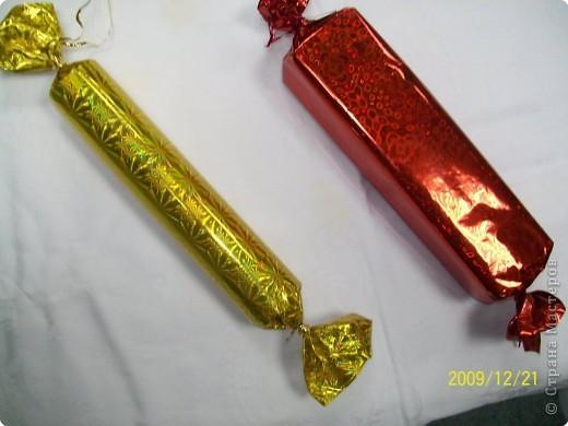 Оригинальная елочная игрушка, конфета с подарком внутри.