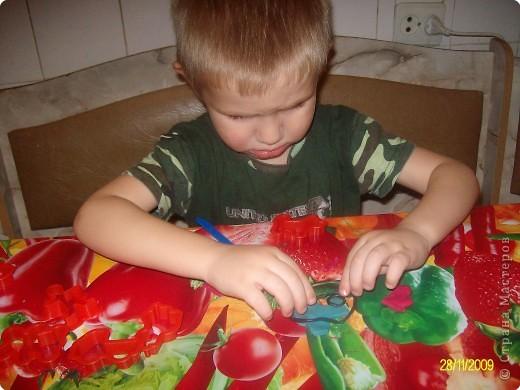 Вот такие новогодние игрушки Даниил сделал из пластилина для нашей елочки. фото 4