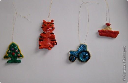 Вот такие новогодние игрушки Даниил сделал из пластилина для нашей елочки. фото 1