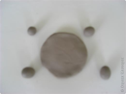Раскатали глину на два шарика, один сделали плоским для основы фото 2
