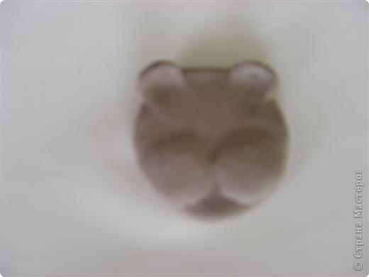 Раскатали глину на два шарика, один сделали плоским для основы фото 3
