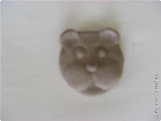 Раскатали глину на два шарика, один сделали плоским для основы фото 5