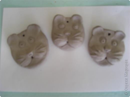 Раскатали глину на два шарика, один сделали плоским для основы фото 7