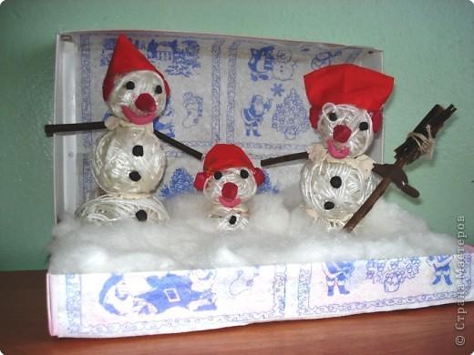 В этом году на улицах нашего города мало снега, и Кристина решила сделать веселую семейку снеговичков из ниток.