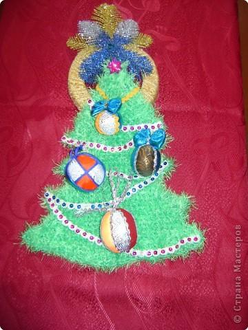 Совместная  работа:  Настя Бедарева  связала  ёлочку,  украсила  её  звездой и  гирляндой,  а  Маша Одинцова  сделала  на  ёлочку  игрушки  и  кольцо. фото 1