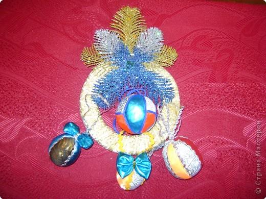 Совместная  работа:  Настя Бедарева  связала  ёлочку,  украсила  её  звездой и  гирляндой,  а  Маша Одинцова  сделала  на  ёлочку  игрушки  и  кольцо. фото 4